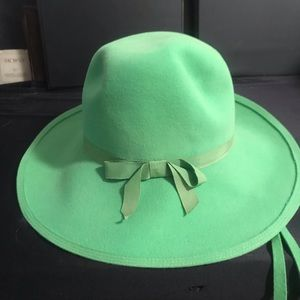 Vintage G Fox & Co. Fur Felt Green hat with ties